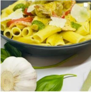 خوراک ایتالیایی مرغ فلفل دلمه ای و پِستو