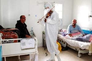 نوازندگی پزشک جوان برای بیماران مبتلا به کرونا