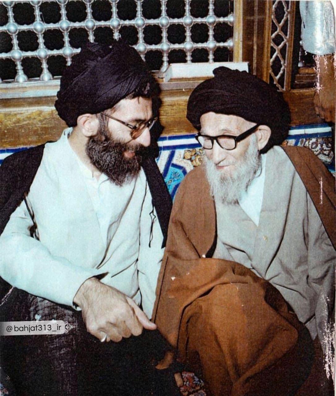 تصویری از رهبر انقلاب در کنار پدرشان