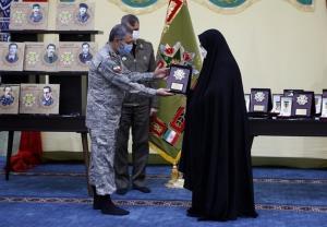 اعطای نشان فداکاری به خانواده شهدای شاخص ارتش