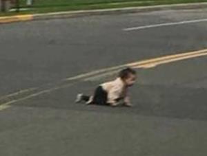پرت شدن یک کودک 4 ساله از صندوق عقب ماشین