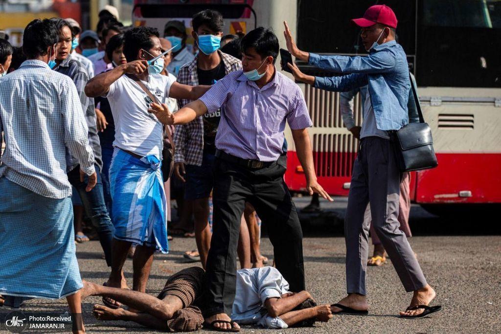 حمله معترضان میانماری با چاقو به یکدیگر