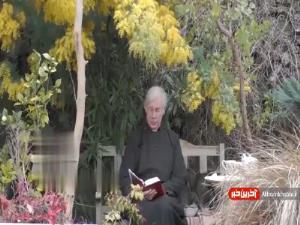 دزدیدن پنکیک پدر روحانی در برنامه زنده تلویزیونی!