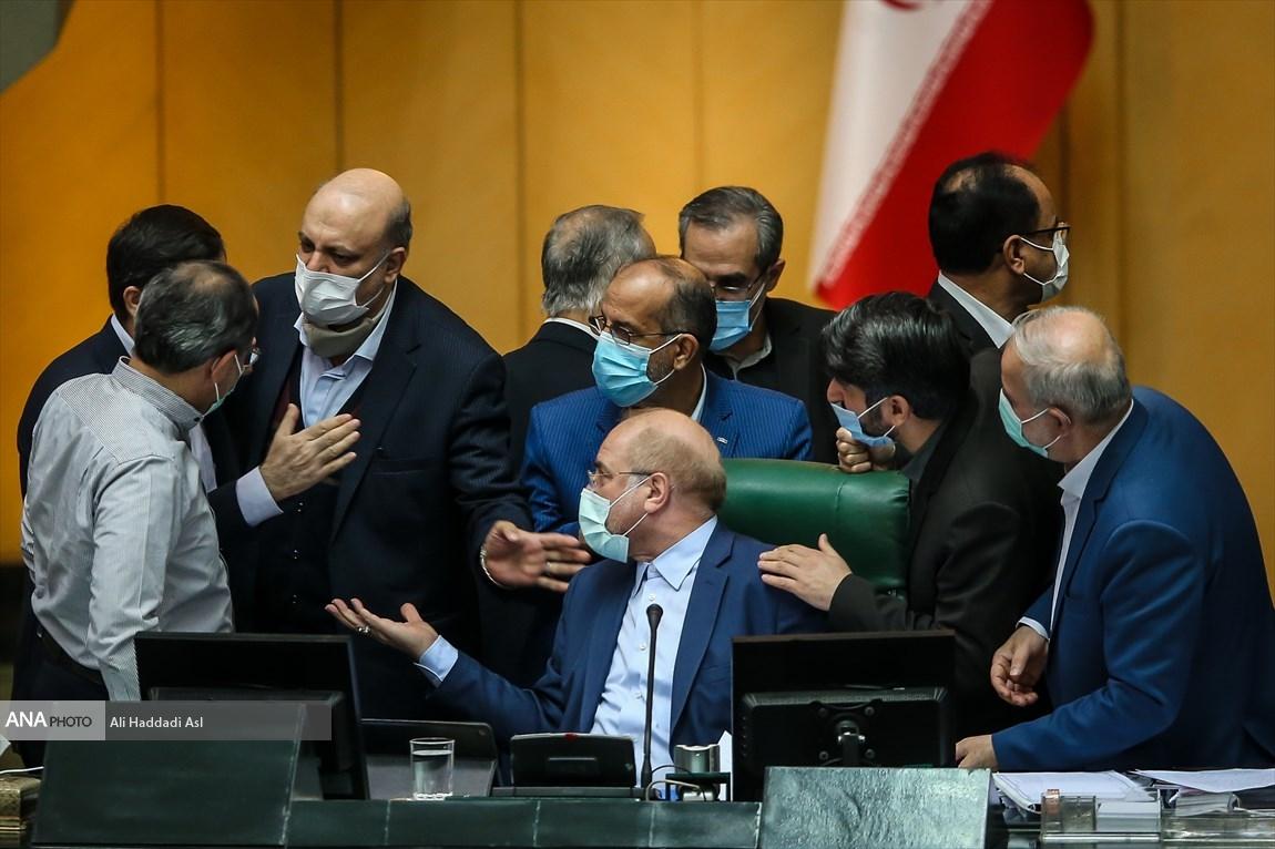 عکس/ بحث داغ در جایگاه هیئت رئیسه مجلس بر سر بودجه