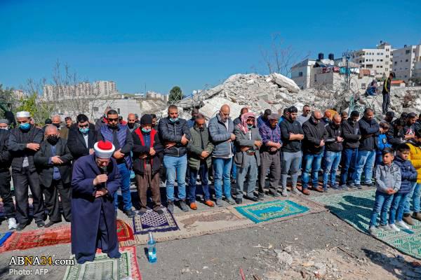 اقامه نماز جمعه بر روی ویرانههای خانه شهروند فلسطینی