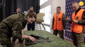 مهارت و سرعت دیدنی زنان نظامی روسیه در باز و بسته کردن کلاشنیکف!