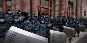 مخالفان پاشینیان دستبردار نیستند؛ حضور دوباره معترضان در مقابل پارلمان