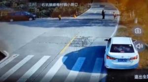 واکنش به موقع راننده هنگام دویدن یک کودک به وسط خیابان