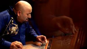 نوازندگی ساز قانون توسط هنرمند برجسته ترک، ایتاچ دوغان