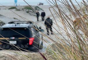 بازداشت مردی که می خواست همسرش را در ساحل زنده به گور کند!