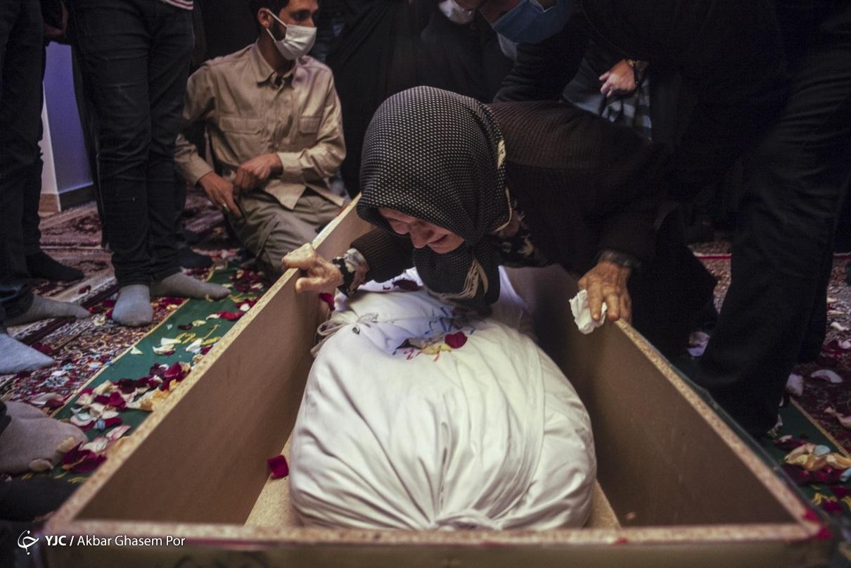 عکس/ وداع خانواده با شهیدان تفحص شده دوران دفاع مقدس