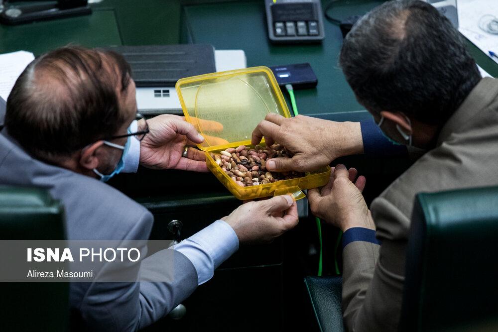 عکس/ آجیل خوری در جلسه بررسی بودجه ۱۴۰۰ مجلس