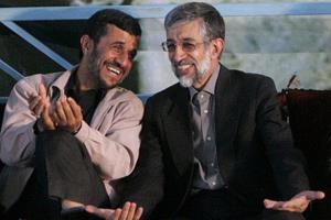 چهره اصولگرا: به احمدینژاد بگویید اگر حدادعادل دست فرح را بوسیده، تو صورت مادر چاوز را بوسیده ای!
