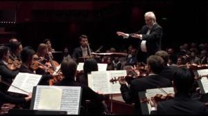 اجرای گروه کر برلینی از دو قطعه موسیقی برای کریسمس
