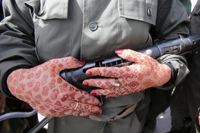 اسلحه در دستِ سرباز زن الجزایری