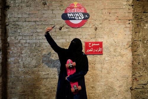 سلفی زن اسکیت بورد سوار در مصر