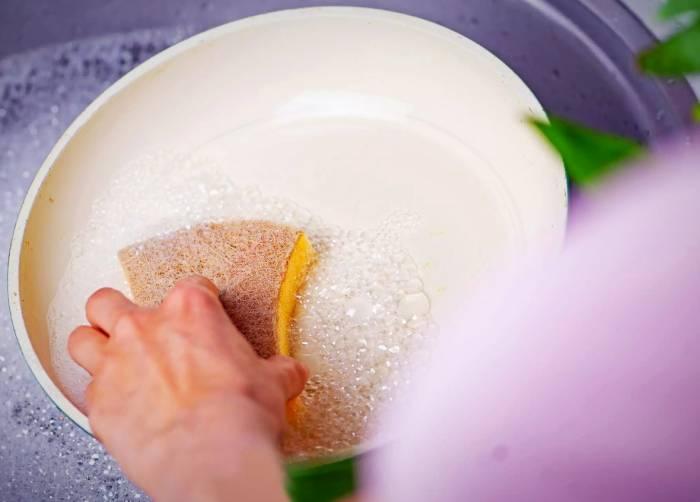 قابلمه و ماهیتابه سرامیکی را چطور بشوییم؟