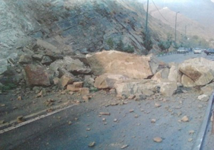 هشدار ریزش سنگ از کوه در جادههای کوهستانی مازندران