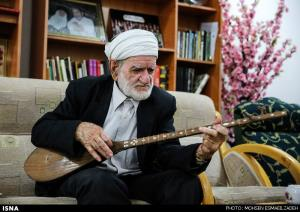 نواختن دوتار توسط استاد عثمان محمدپرست پس از بازگشت به خانه