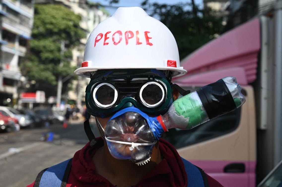 ماسک ضد گاز اشک آور معترض میانماری