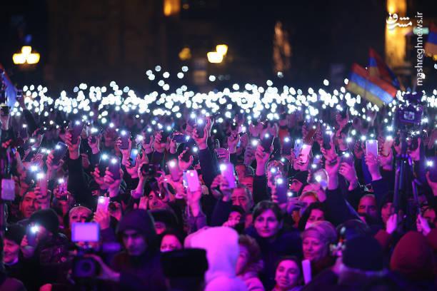 تظاهرات شبانه حامیان نخست وزیر ارمنستان با نور گوشی ها