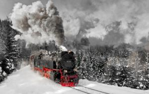 حرکت هیجان انگیز قطار روی ریل های پوشیده از برف