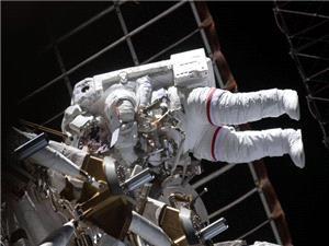 تصاویر فضانوردان حین پیادهروی فضایی
