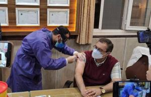 تزریق اولین واکسن کرونا در بناب