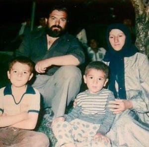 تصویری دیده نشده از علی انصاریان در کنار پدر و مادرش
