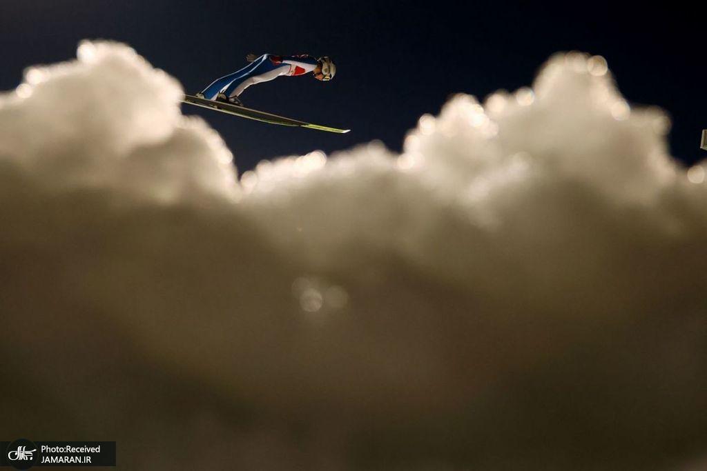 پرش اسکی باز در میان ابرها