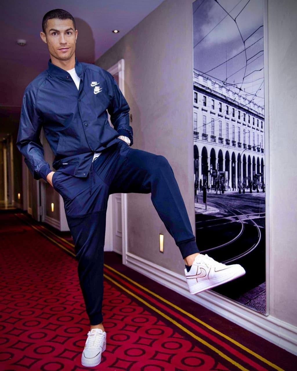 رونمایی رونالدو از کفشهای جدید نایکی با تیپ آبی نفتی!