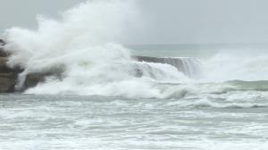 دریا مواج و طوفانی میشود