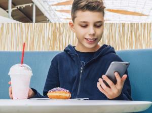 شبکههای اجتماعی باعثپرخوری کودکان و نوجوانان میشوند