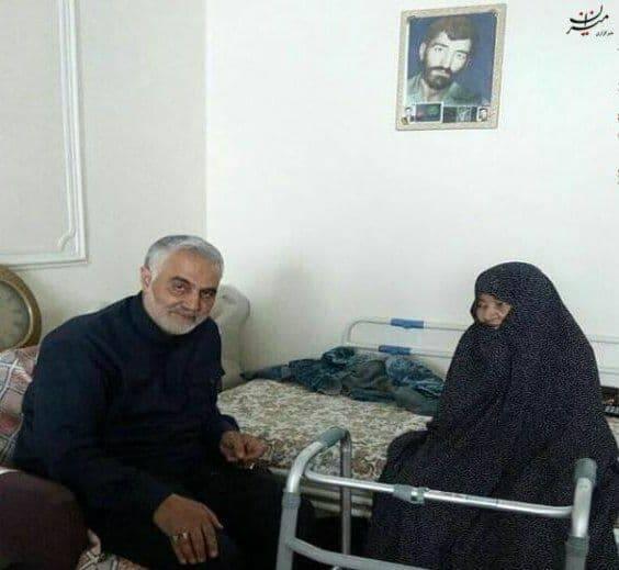 تصویری از دیدار حاج قاسم با مادر حاج احمد متوسلیان