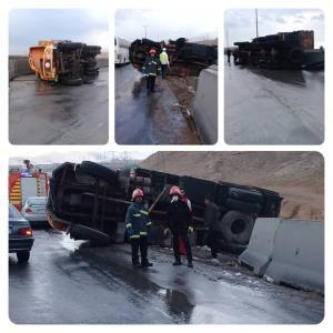 بازگشایی ترافیک سنگین ناشی از واژگونی ۲ کامیون در خمینیشهر