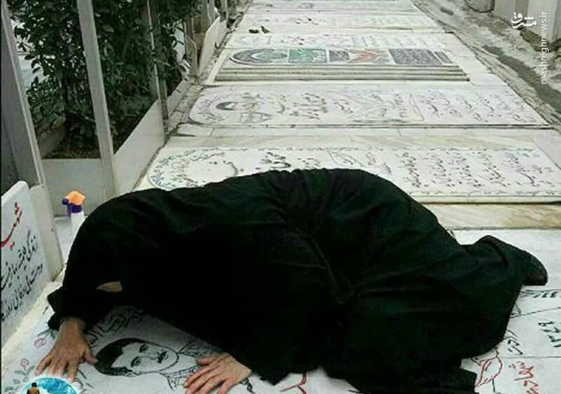 تصویری از یک مادر شهید، بر روی سنگ مزار پسر شهیدش