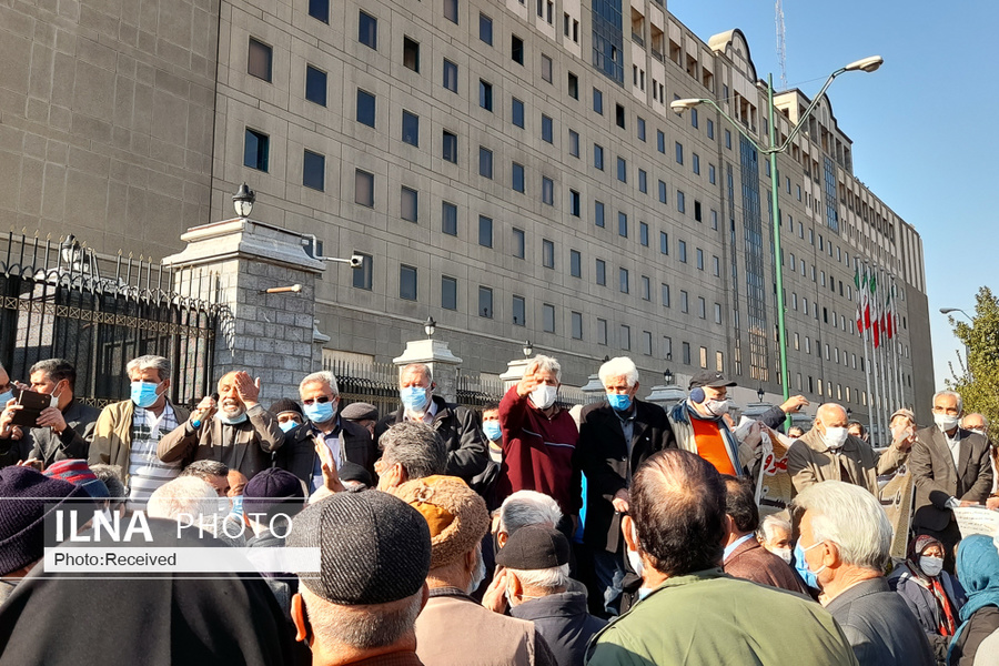 عکس/ تجمع اعتراضآمیز بازنشستگان تامین اجتماعی مقابل مجلس