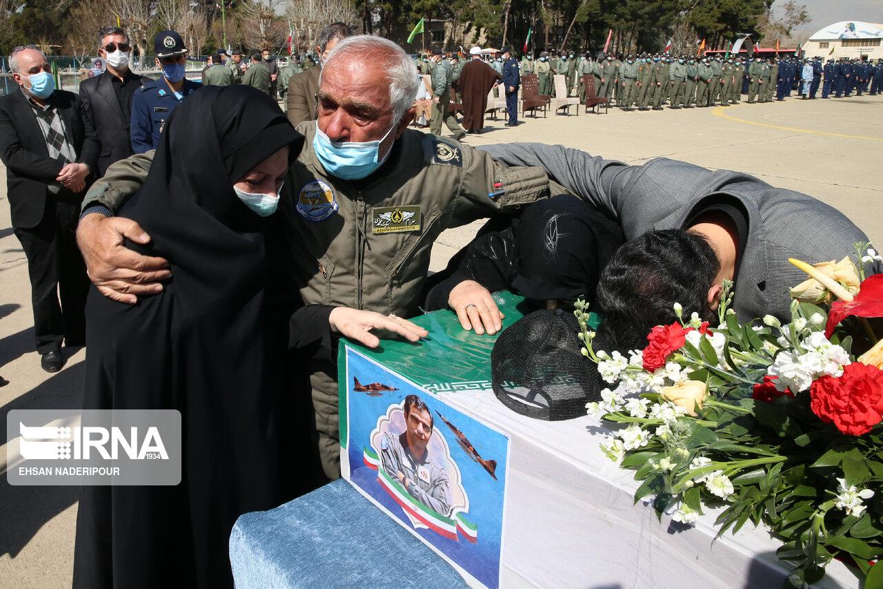 عکس/ استقبال از پیکر مطهر خلبان شهید «بیرجند بیک محمدی»