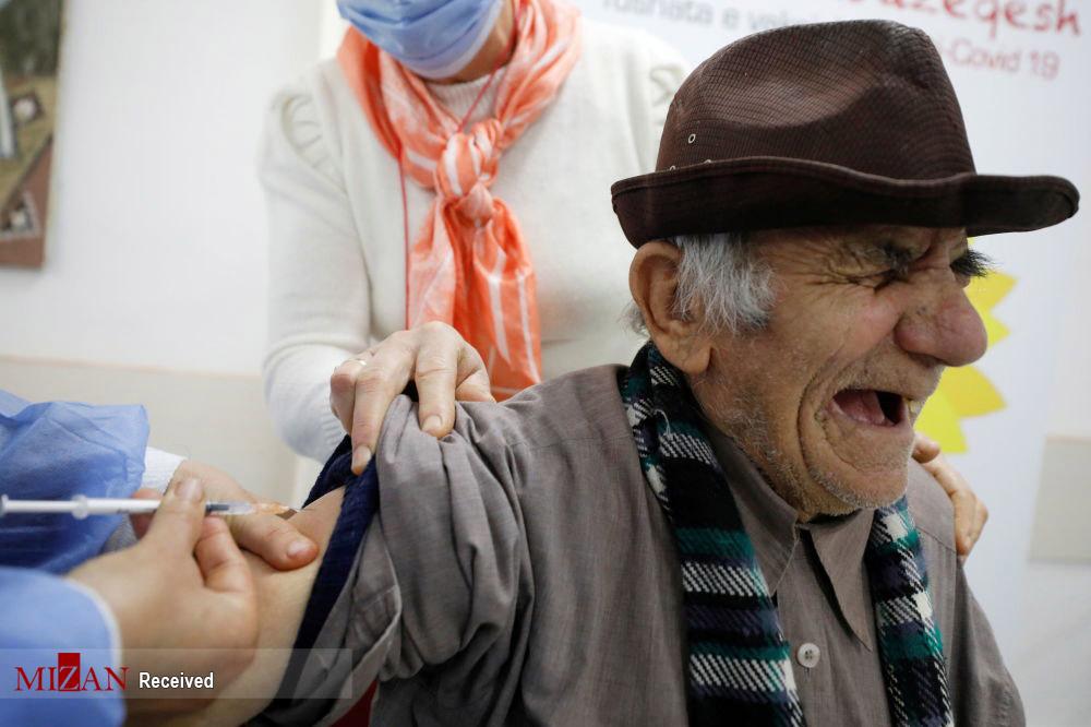 عکس/ واکنش خاص افراد موقع تزریق واکسن