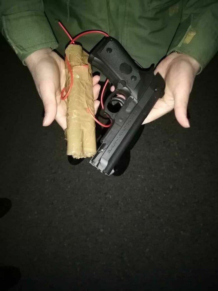 عکس/ اسلحه پلاستیکی و بمب چوبی هواپیما رُبای پرواز اهواز - مشهد!