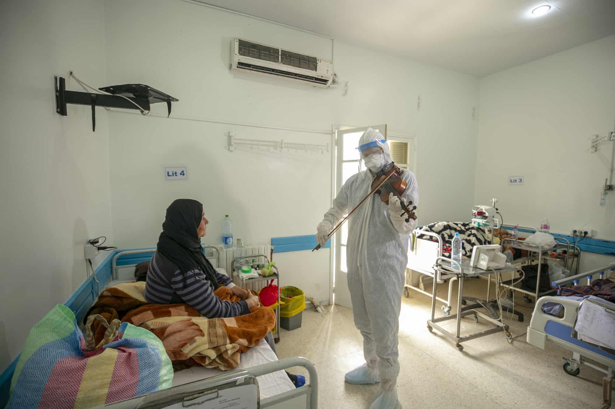 ویولن نوازی یک دکتر برای بیماران کرونایی در تونس
