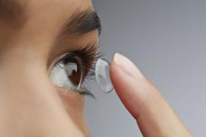 محققان با نانوذرات طلا لنزهای تماسی ایمنتر برای اصلاح کوررنگی ساختند
