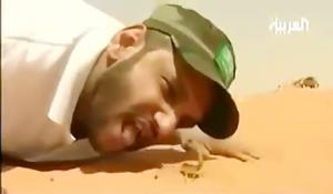 مرد عربستانی رکورد دار خوردن ٢٢ عقرب زنده در بیست ثانیه!