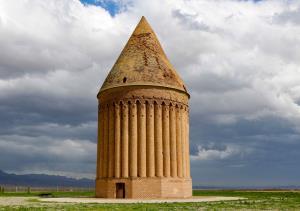 اختلاف علمی بر سر برج تاریخی رادکان