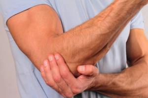 دلیل احساس درد شدید بعد ضربه خوردن به استخوان آرنج