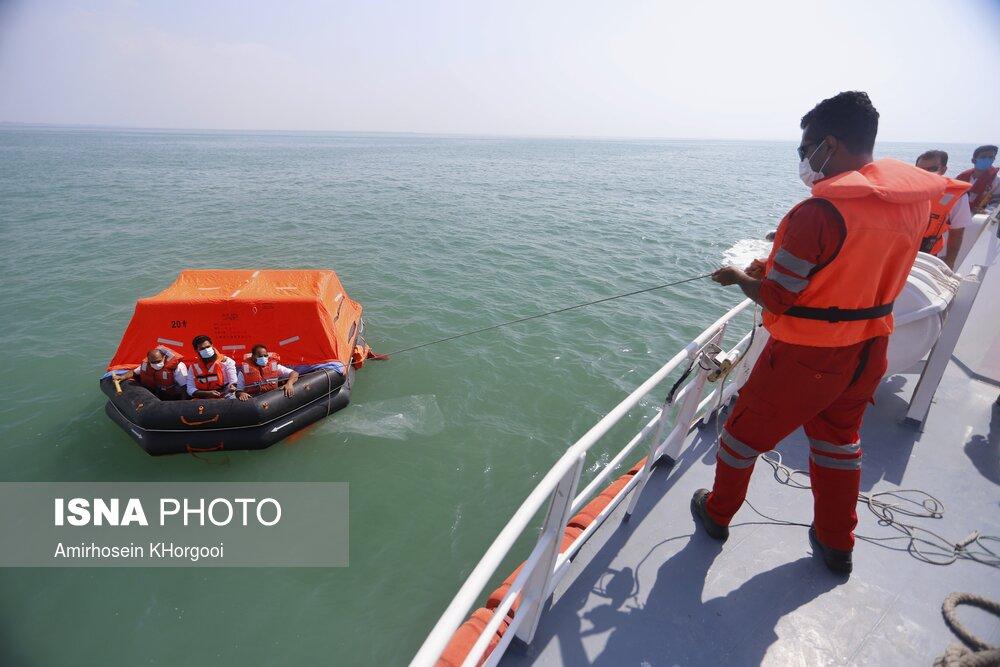عکس/ مانور جستجو و نجات دریایی در بندرعباس