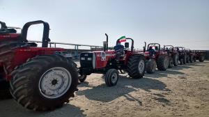 اهدای ۳۰ دستگاه تراکتور به مددجویان کمیته امداد در منوجان