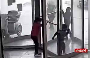 گیر کردن دست پسر خردسال لای در گردان یک پاساژ