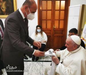 پیراهن تیم ملی عراق تقدیم به پاپ فرانسیس