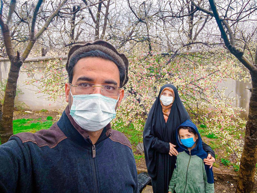 چهرهها/ آذری جهرمی با خانواده در هوای بارانی